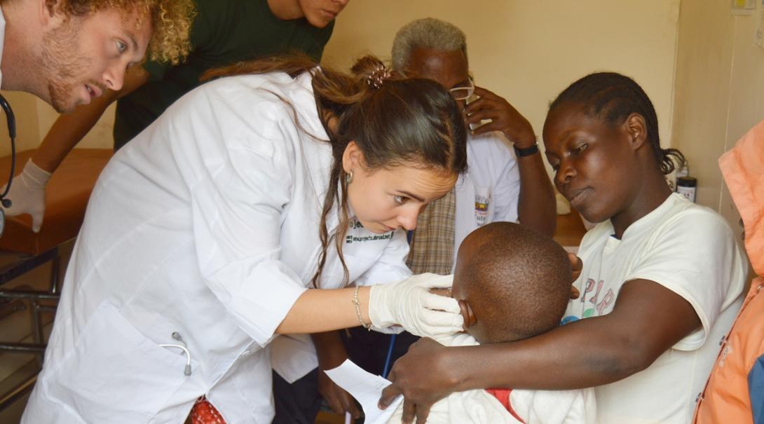 医療インターンがタンザニアの子供の診察をサポート